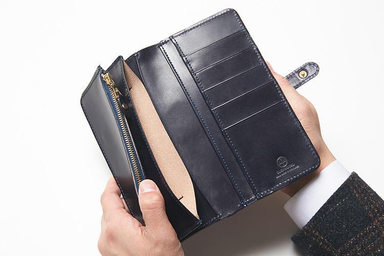 (同・開いたところ)<br />メインの札ポケットはブライドルレザーの1枚使いなので裏側がナチュラルレザー。お札ポケットが4箇所、カードポケットが5箇所、さらにコインが出しやすいように一角をラウンドさせた、ジップ式コインケースが備えられている。
