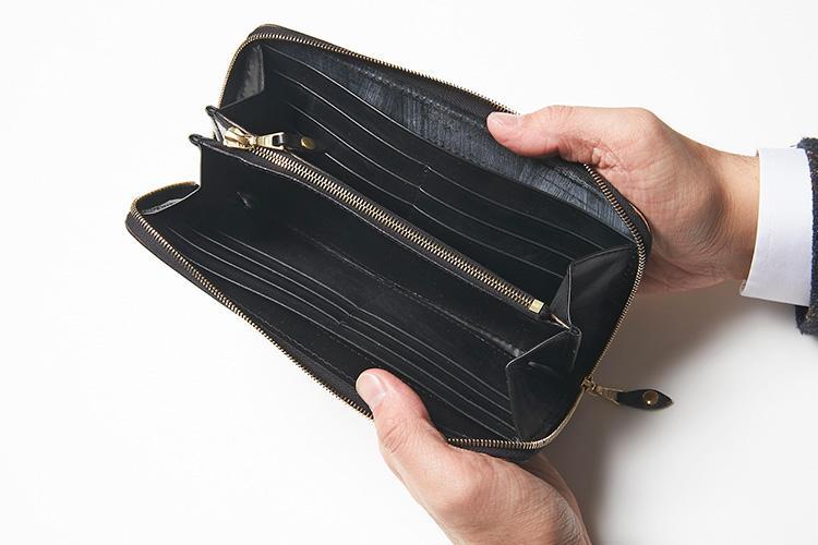 (同・開いたところ)<br />カードポケットは12箇所とシリーズ最大。2箇所の荷室の他、マルチポケットも2箇所配されている。コインポケットは大容量かつ、底が縫い付けられているので動きにくく、ストレスなく使うことができるのもポイントだ。