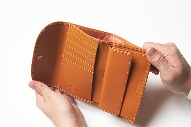 (同・開いたところ)<br />キャメルのレザーは「ニュートンカラー」と呼ばれる人気色。内装にはカードポケットが5箇所、マルチポケットが3箇所用意されている。