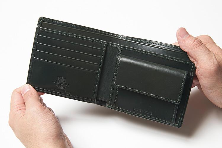 (同・開いたところ)<br />札室は領収書などを仕分けできる2室構造。右側はフラップ付きのコインケース、左側にはカードポケットが5箇所、そして内側中央の左右がマルチポケットとなっている。