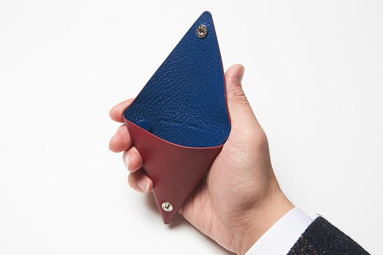 (同・開けたところ)<br />片手に収まるちょうどいいサイズ感。サフィアーノとフレンチゴートの色をコントラストカラーにしているのもポイント。