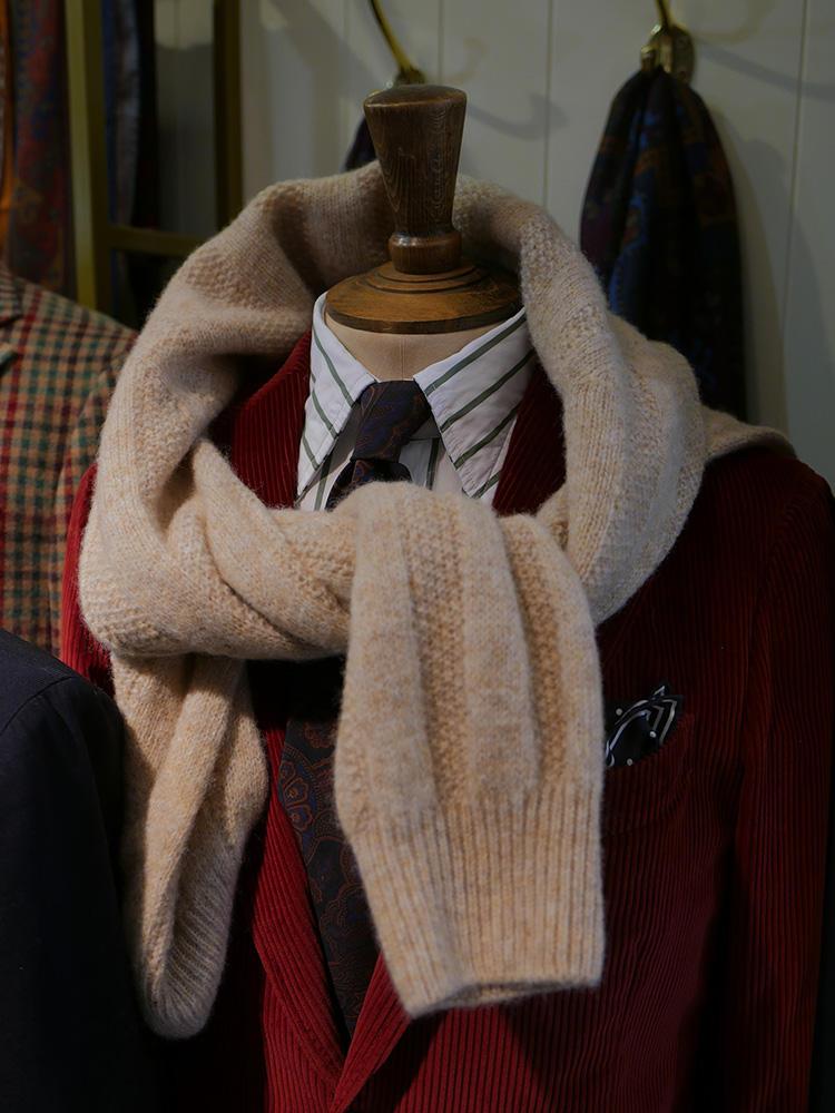 <b>ドレイクス</b></br>かなりインパクトのある赤系のコーデュロイジャケット。ジャケットに色があるのでネクタイは渋色ヴィンテージ調が似合う。セーターを肩がけすると、ジャケットの派手さも少し中和される。