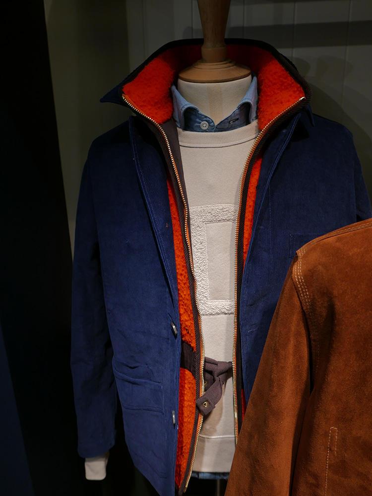 <b>ドレイクス</b></br>ジャケット下は、スエットにシャンブレーシャツでドレスダウン。スエットが白だとクリーンな印象になる。