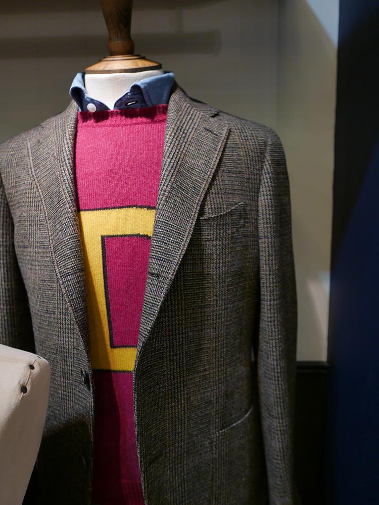 <b>ドレイクス</b></br>クラシックよりのジャケットに、ロゴ入りカラーセーター。ちょっとレトロな学生風スタイル。