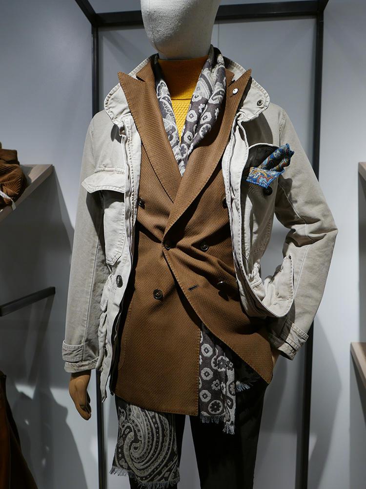 <b>L.B.M.1911</b></br>ブラウン×イエローの合わせ例。スーツ&タートルで結構インパクトがあるので、アウターは柔らかい色調で中和。