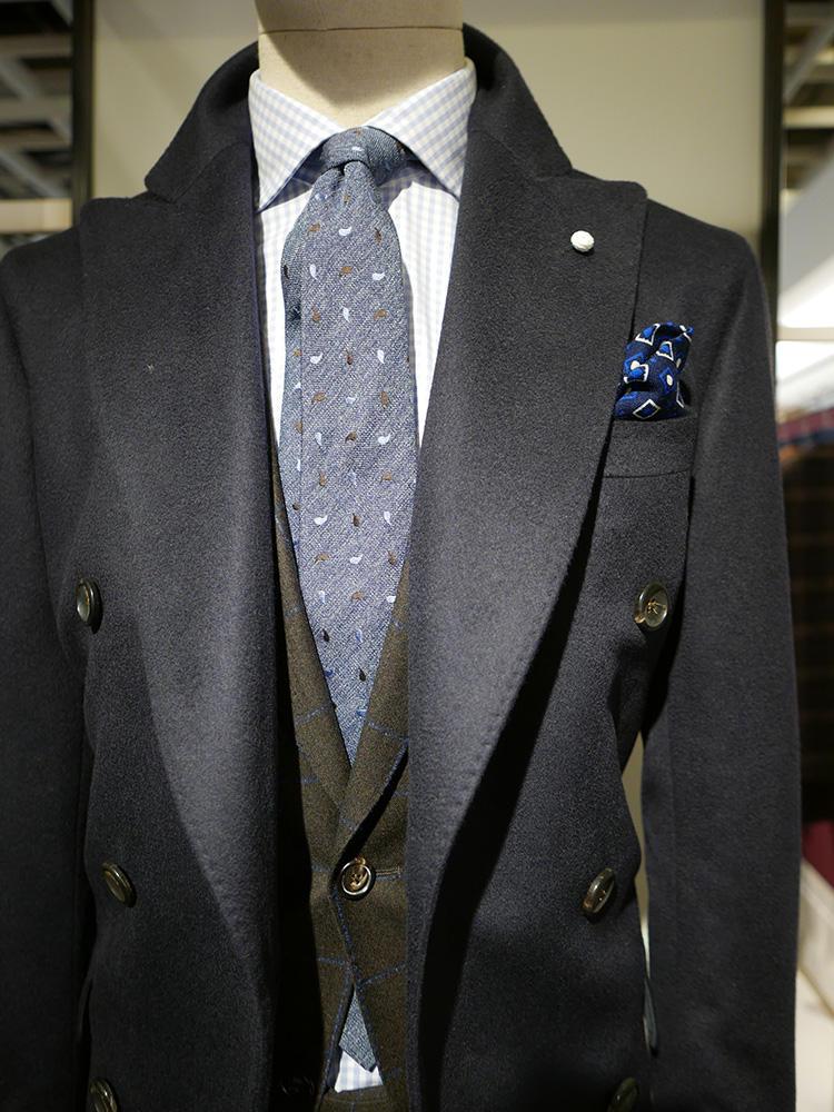 <b>ルイジ ビアンキ マントバ</b></br>ブラウンスーツ×ネイビーコート。無地同士で合わせると、かなりシックで落ち着いた感じになる。