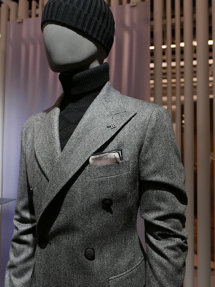 <b>タリアトーレ</b></br>グレーのダブルスーツに黒タートル。モノトーンで合わせればシックな印象に。