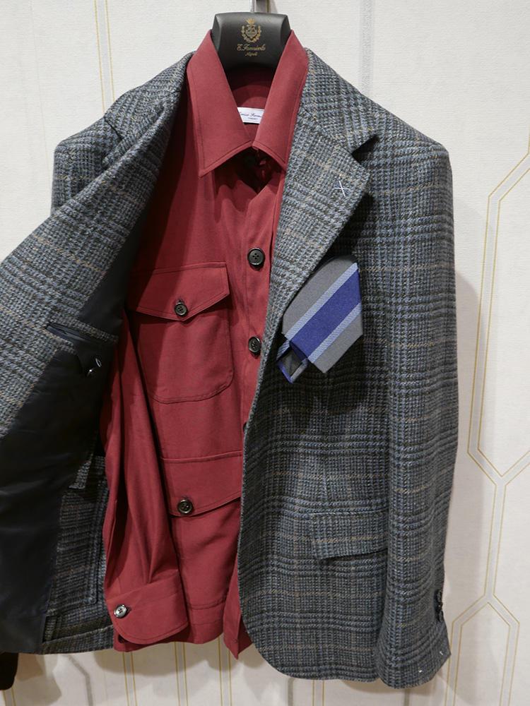 <b>エリコ フォルミコラ</b></br>エリコ フォルミコラはレーヨン混の、とろみのある4ポケットシャツを打ち出した。これを、あえてクラシックジャケットの下にレイヤードするのがお洒落。