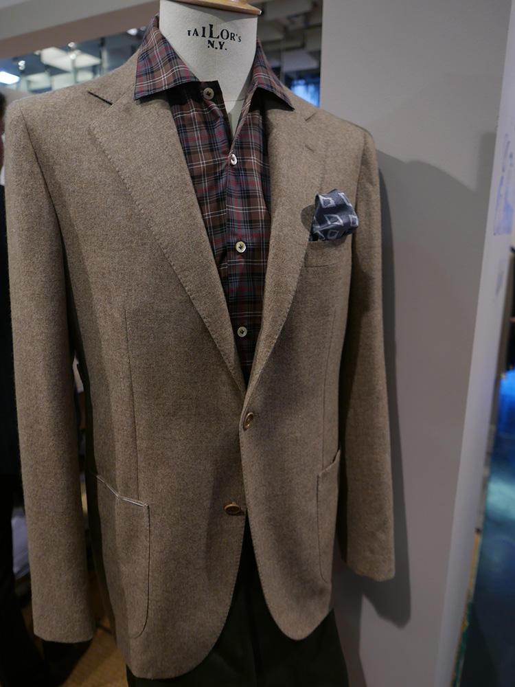 <b>エリコ フォルミコラ</b></br>テロっとした素材感のシャツは、ジャケットから襟出しで着てもリラックス感がア上がる。