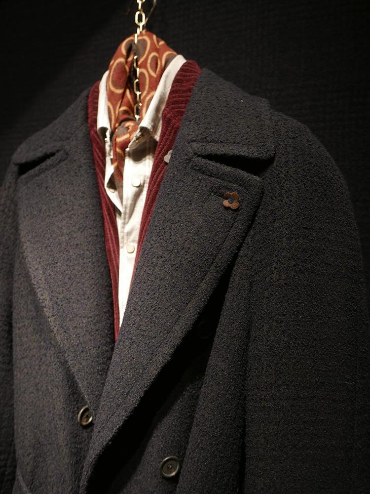 <b>ラルディーニ</b></br>大ぶりチェスターコートの下にカラーニット、襟元のカラフルストールが効いている。