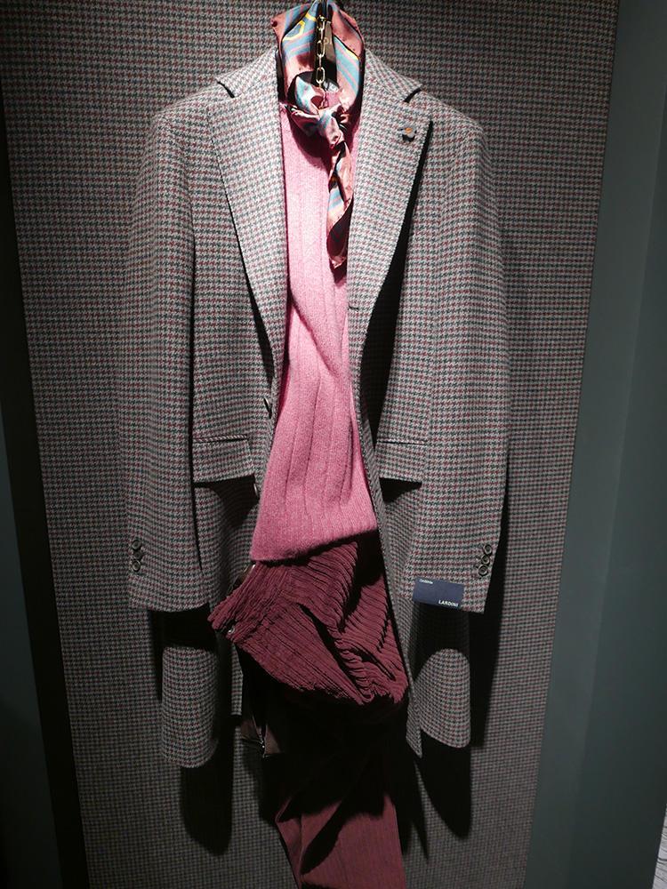<b>ラルディーニ</b></br>こちらはカラーニットに同系色スカーフの組み合わせ。スカーフが首元に加わるだけで、一気にエレガントな印象に。