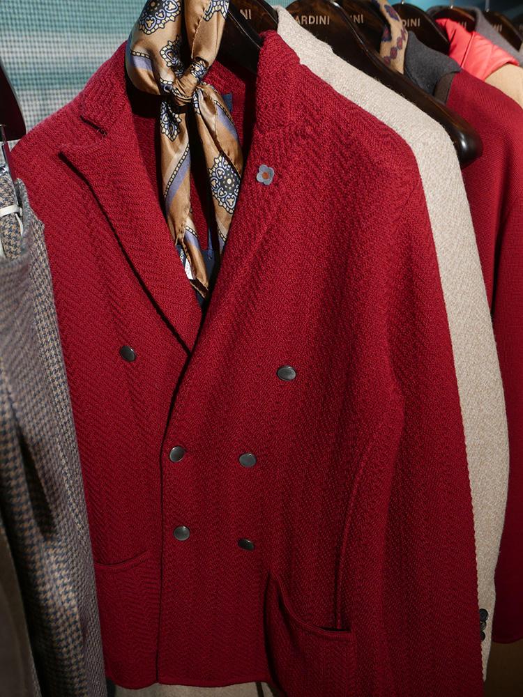 <b>ラルディーニ</b></br>派手めなカラーのジャケットも、上品ベージュなスカーフを挿すと落ち着きが生まれる。