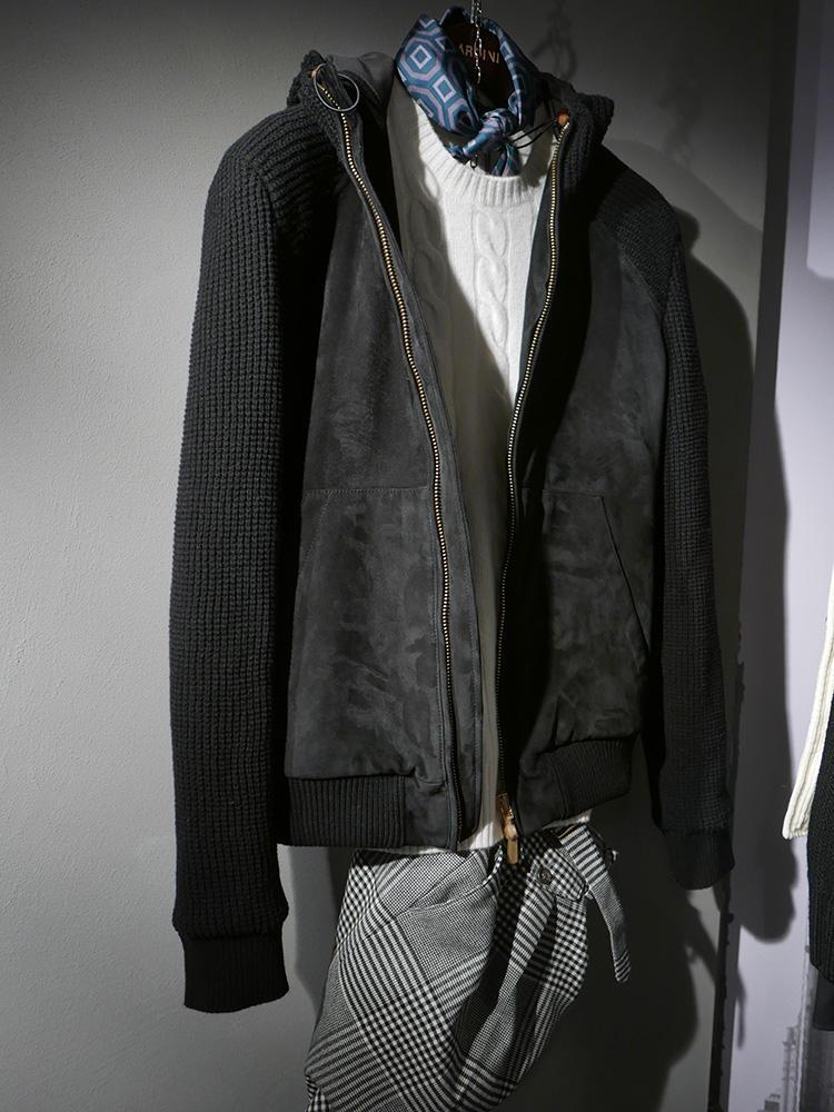 <b>ラルディーニ</b></br>クルーネックニットの襟元にも、コンパクトにねじったスカーフをチラ見せすると一気にお洒落度UP。