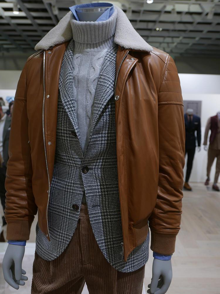 <b>ブルネロ クチネリ</b></br>テーラードジャケットの上にレザーブルゾン、ざっくりタートルの下に、シャンブレーシャツの襟をチラ見せ。ドレスとスポーディの絶妙レイヤード。