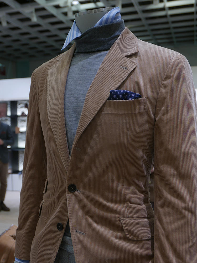 <b>ブルネロ クチネリ</b></br>ハイゲージのタートルから、ドレスシャツの襟をチラ見せするというテクニックもあり。