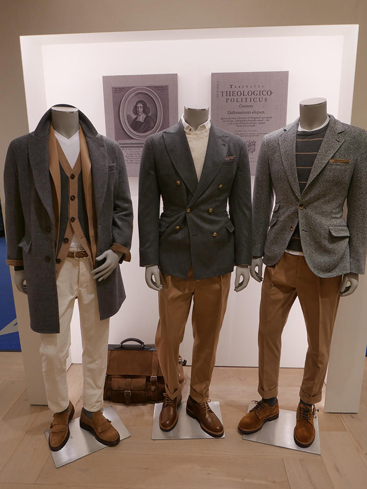 <b>ブルネロ クチネリ</b></br>タートルやクルーネックの襟元は、単体よりも白Tしゃ白シャツの襟元がチラリとレイヤードされていると、奥行きが生まれお洒落な印象になる。
