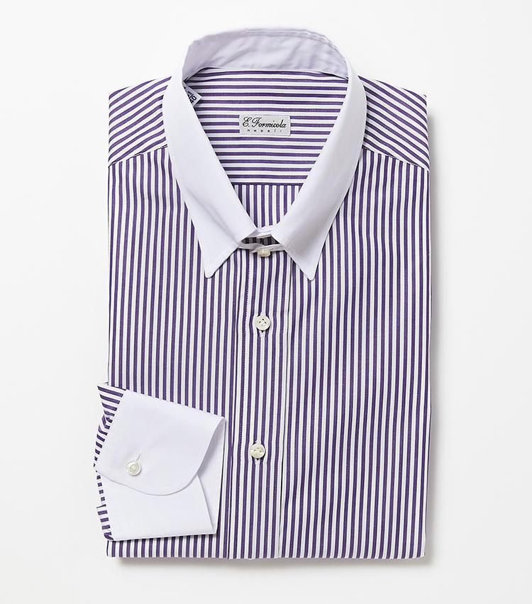 <b>4.エリコ フォルミコラのパープルのタブカラーストライプシャツ</b><br />白襟が爽やかなストライプシャツは、細身の美しいシルエットでシャツ一枚になったときにも着用映え。襟元に備わる小さなベルトは、ネクタイの結び目を盛り上げてきりりと見せる効果もある。2万6000円(ビームス 六本木ヒルズ)