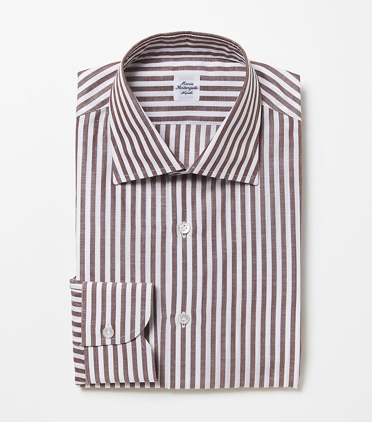 <b>6.マリア サンタンジェロのブラウンのストライプシャツ</b><br />5の色違い。開きすぎていないワイドカラーは、ネクタイがピタリと決まる。オーソドックスなコットン素材も、合わせるスーツを選ばない。2万6000円(ビームス 六本木ヒルズ)