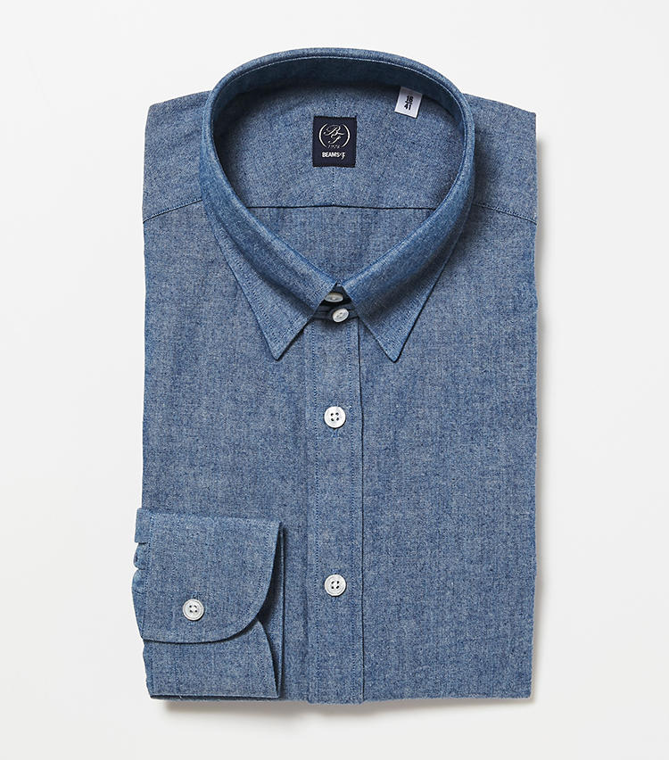 <b>7.ビームスFのシャンブレータブカラーシャツ</b><br />スリムな見た目と動きやすさを両立したこだわりのオリジナル。素材は岡山製の良質なシャンブレーで、着込むほどに味わいが深まる。襟元に小さな持ち出しが付くタブカラーのため、ネクタイを結んでも様になる。1万4000円(ビームス 六本木ヒルズ)