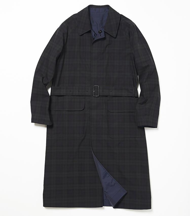 <b>13.インバーティアのリバーシブルコート(裏面)</b><br />チェックコートとして着たときも、裏面の紺無地がちらりと覗くのが洒落ている。