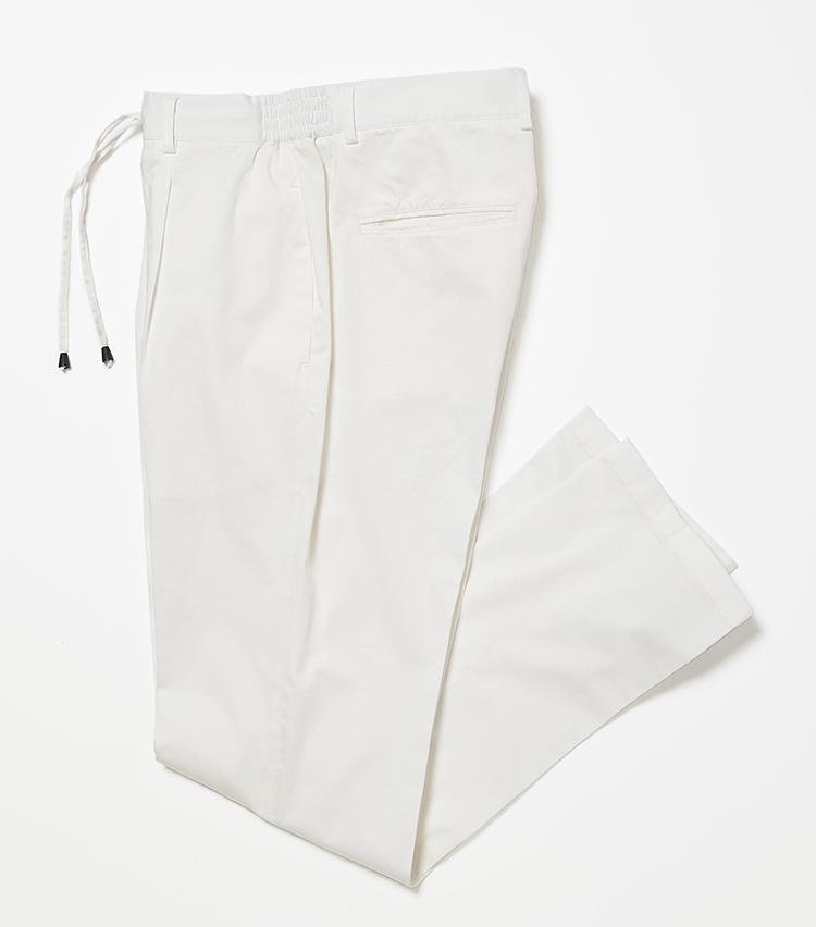 <b>16.ジャブス アルキヴィオの白のパンツ</b><br />フロントに1プリーツが入った膝下テーパードのコットンストレッチパンツを、腰回りに若干ゆとりをもたせることでアップデート。製品染めによるシワ感もこなれている。2万3000円(ビームス 六本木ヒルズ)