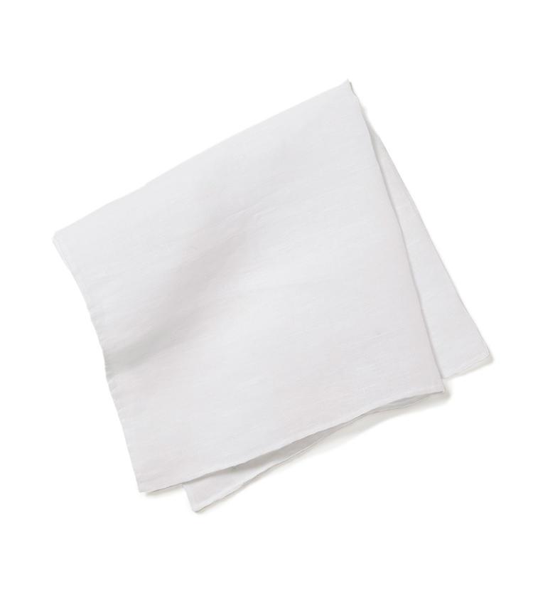 <b>17.ムンガイの白のチーフ</b><br />貴族や富裕層のタオルなどを100年以上作り続けてきたムンガイ。ごく限られた人しか使うことが許されなかった高級リネンによる手作りチーフも、実はこの価格から手に入る。42×42cm。3000円(ビームス 六本木ヒルズ)