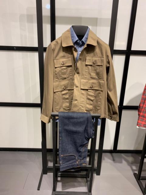 <b>バグッタ</b></br>こちらはアレッサンドロ・スクアルツィとのコラボライン。シャツの上にシャツアウターレイヤード、下はデニムでカジュアルに。