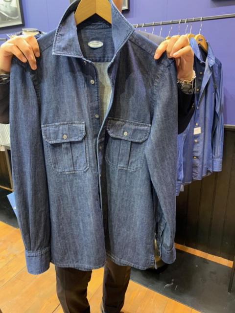 <b>ヴィンチェンツォ ルジェーロ</b></br>シャンブレーの2ポケシャツも、INにOUTに汎用性抜群だ。