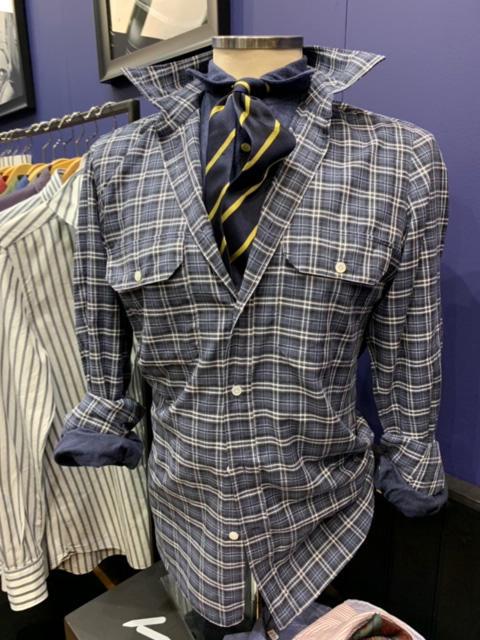 <b>ヴィンチェンツォ ルジェーロ</b></br>シャツONシャツの着こなし提案も。タイドアップしたデニムシャツの上にポケット付き柄シャツという、少し上級なスタイル。