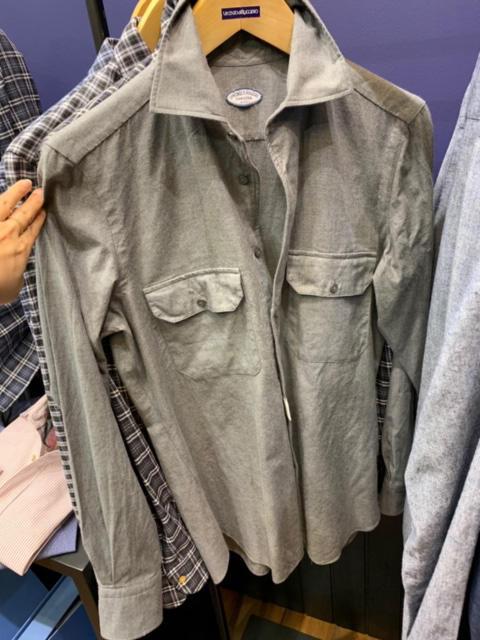 <b>ヴィンチェンツォ ルジェーロ</b></br>2ポケの無地はシャツアウターの入門編。ジャケットの下にも、またアウターとしても。