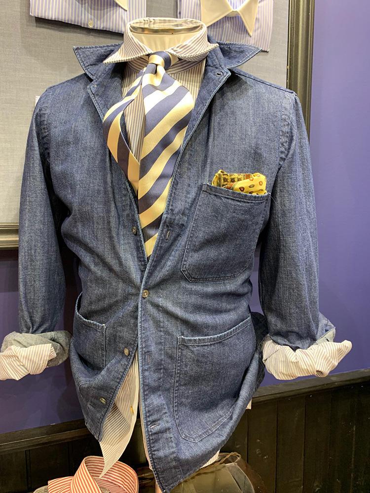 <b>ヴィンチェンツォ ルジェーロ</b></br>シャツONシャツの、両方無地シャツにしたバージョン。外側のシャツはかかり大きなポケットを付けてジャケット感覚。