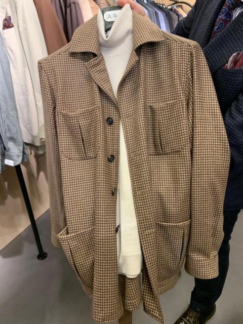<b>デ ペトリロ</b></br>シャツブランドだけでなく、スーツ、ジャケットブランドからもこうした4ポケアイテムが多く出ていた。デ ペトリロのこちらも、袖はシャツ仕様。