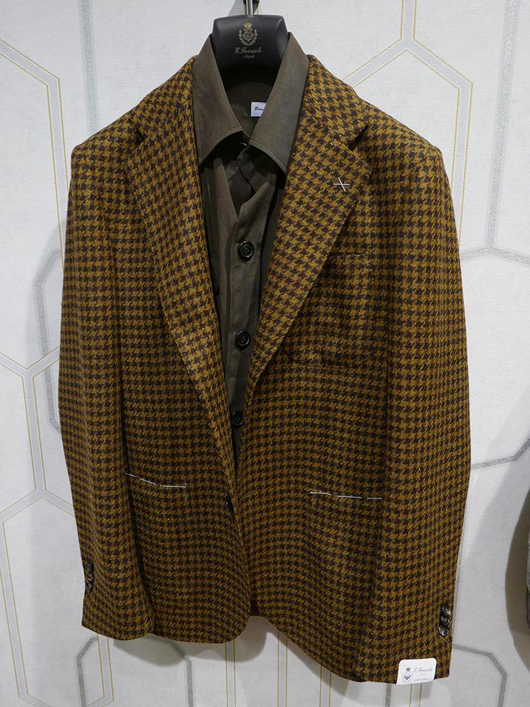 <b>エリコ フォルミコラ</b></br>このように、ジャケットの前を締めていると一見普通のシャツ風でいて……