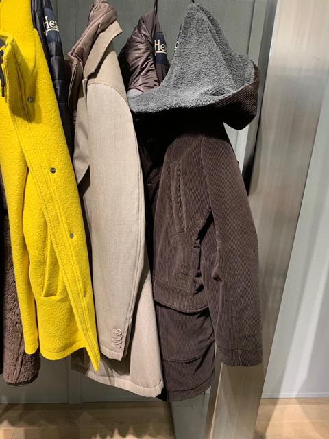 <b>ヘルノ</b></br>コーデュロイのフードの裏がボア使いのコート。首回りが柔らかな印象になる。