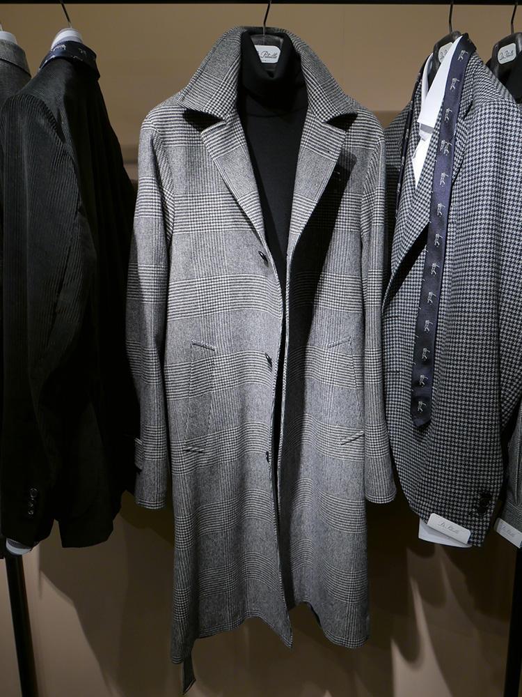 <b>デ ペトリロ</b></br>グレー×黒、のモノトーン合わせも、今季ドレススタイルで多かった色調の1つ。クラシックな大柄グレンチェックに黒タートルも、簡単に上品さを演出できるコーディネートだ。