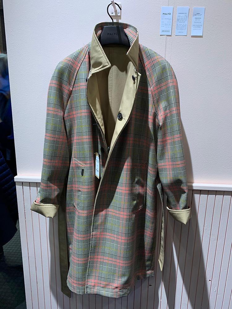 <b>パルト</b></br>無地と柄のリバーシブルは一着あると着こなしのバリエーションが広がり、重宝する。