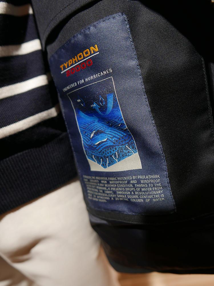 <b>ポール&シャーク</b></br>「タイフーン20000」と名付けられた超撥水・透湿ファブリック。