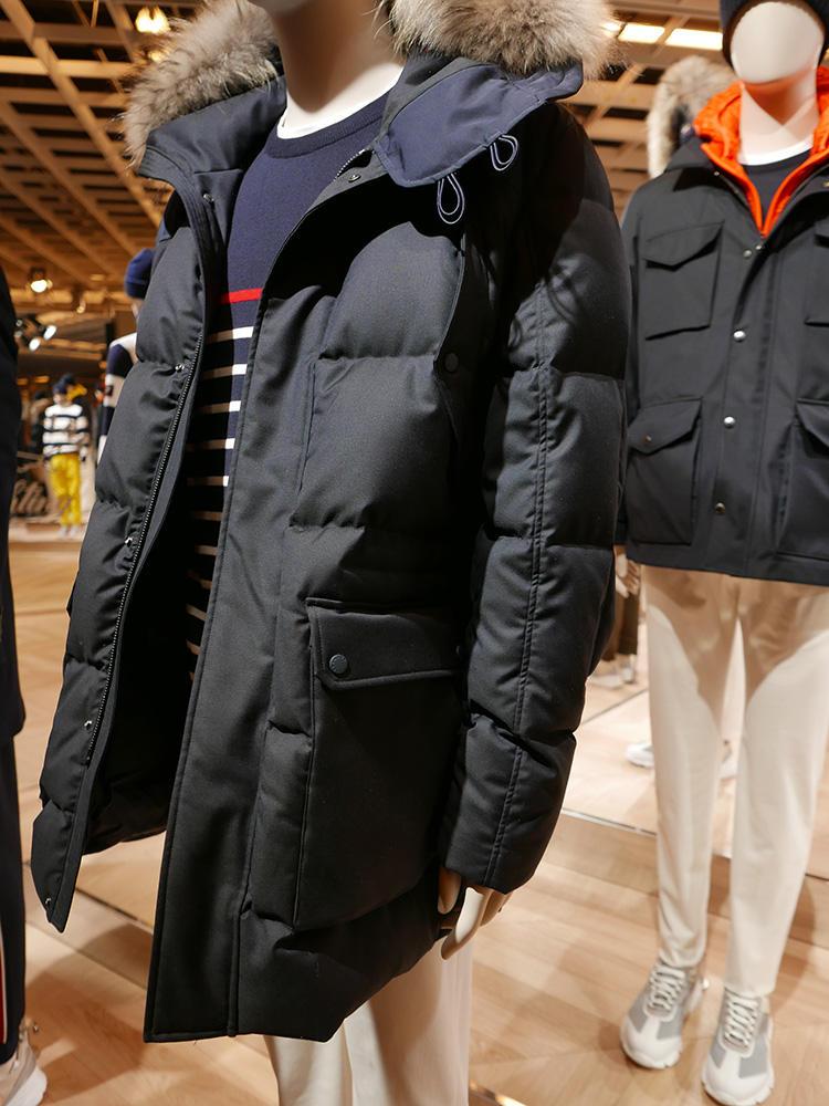 <b>ポール&シャーク</b></br>マットなネイビーも、素材の艶で高級感の差が出る。襟元にファーがあるとさらに高級感が増す。