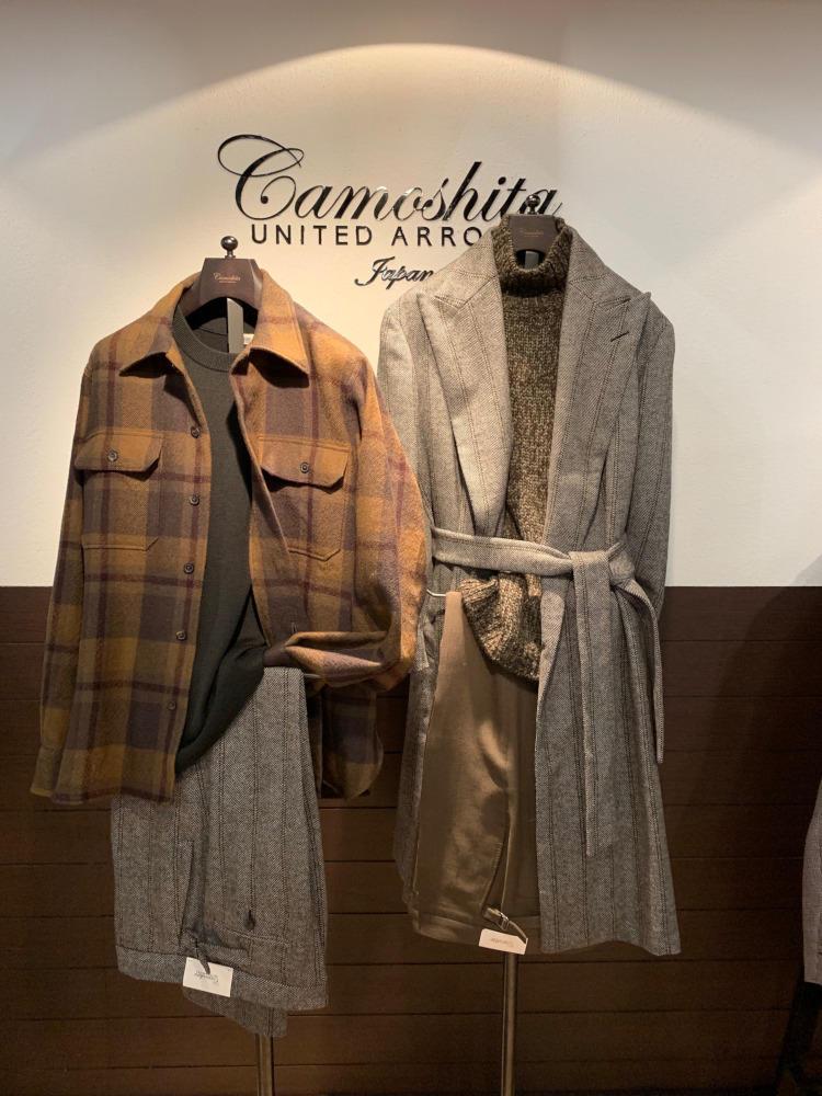 <b>カモシタ ユナイテッドアローズ</b></br>右のロングコートは、ボタンなしのラップコート。ベルトでゆるく縛る着方がカッコいい。