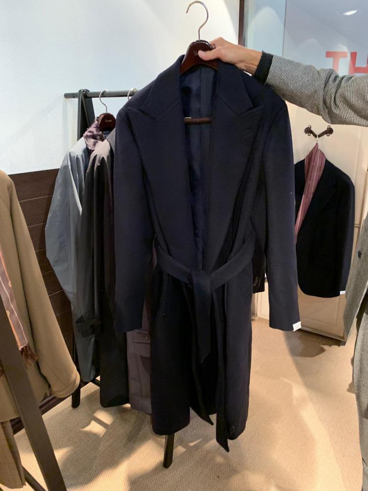 <b>カモシタ ユナイテッドアローズ</b></br>ネイビーもシックで◎。ビジネススタイルにも合わせたい一着。
