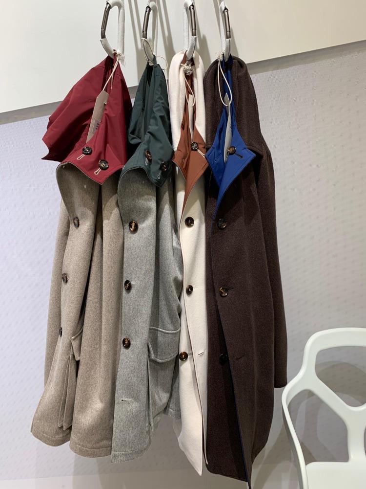 <b>キーレッド</b></br>カシミヤとナイロンのリバーシブル組み合わせという便利な一着。格を出したいときは、上質なカシミヤを表面に。