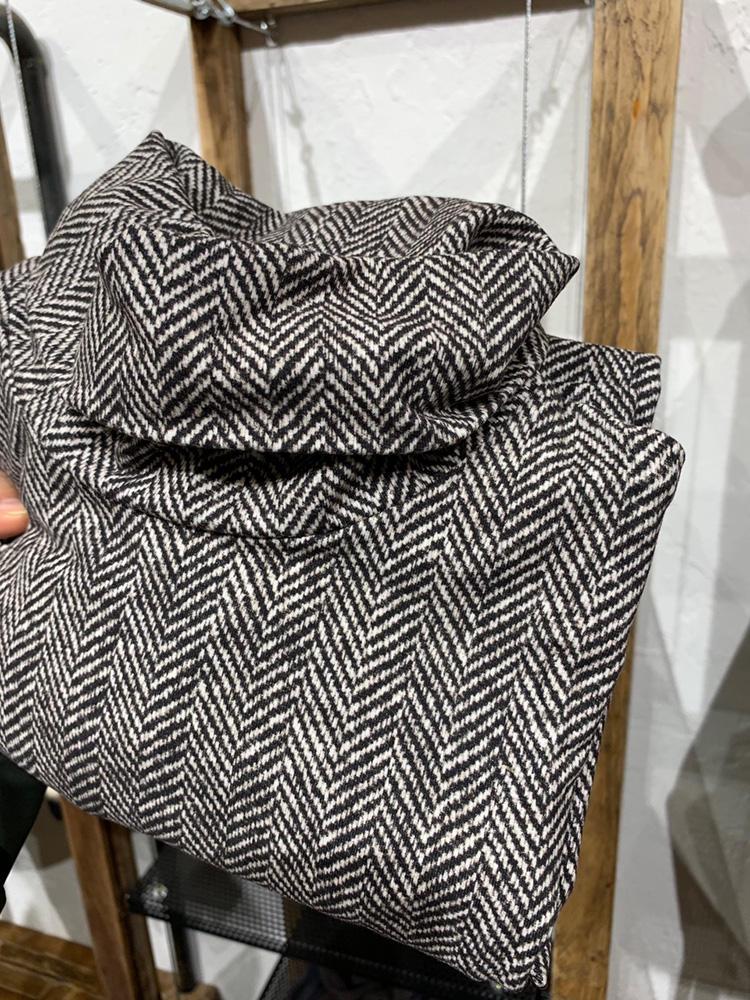 こちらは、ヘリンボーン柄。遠目には織りのニットタートルのようで、、、