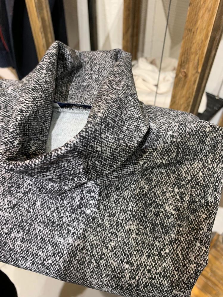 今季は、ウール調の織り柄を転写プリントしたタートルも登場。