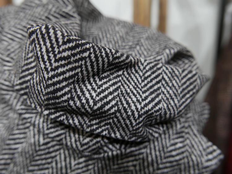 近くで見ても、織りにしか見えない精巧なプリント技術。これでいてウールでなくジャージーなので、暑がりの方などは無地ジャケットのインナーとしても重宝しそうだ。