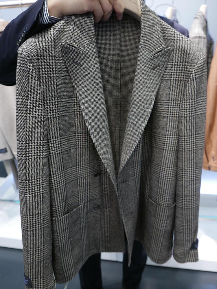 <b>ベルヴェスト</b></br>こちらは、イージーセットアップではないが、ブランド創立50周年のときに誕生した超アンコントラクテッドで柔らかく極軽な着心地の「50」シリーズのカシミヤジャケット。