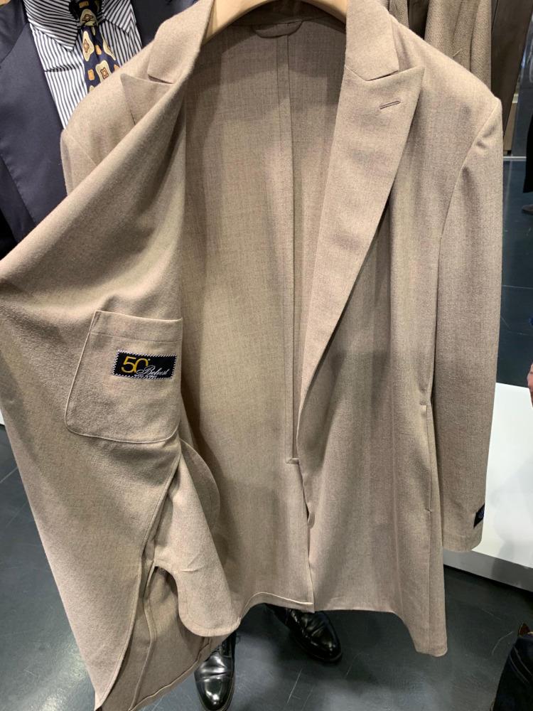 <b>ベルヴェスト</b></br>こちらの「50」シリーズに、コートも登場! 同じくアンコンで柔らかく、まるでジャケットのような軽さ。