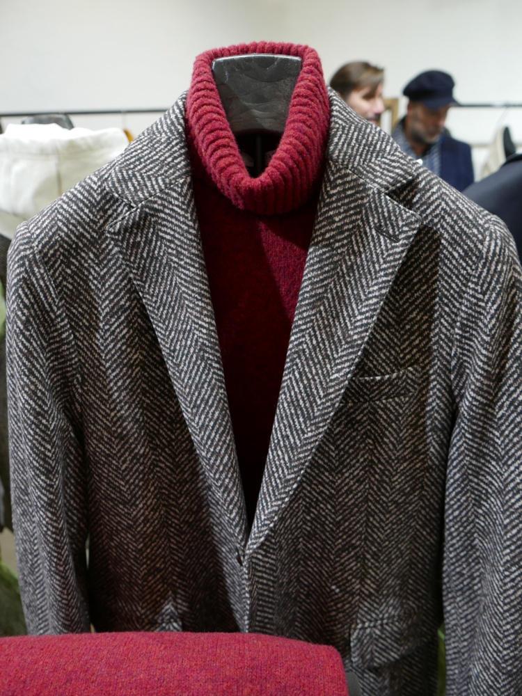 こちらはグレーのヘリンボーン。織りさながらのクラシックな見た目で、素材はジャージーだから超ストレッチでよく伸び、着心地は本当に快適!