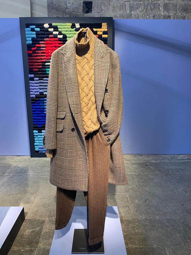 <b>ドルモア</b></br>ちょっとオーバーサイジングなチェスターコートには、かなりローゲージのビスコッティ編みタートル。全体をブラウン〜イエローでまとめた美しい配色。