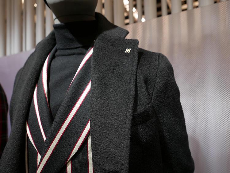 <b>タリアトーレ</b></br>コート、ジャケット、タートルとオールブラックで引き締めると、かなり力強い印象に。