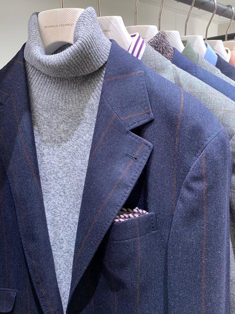 <b>ブルネロ クチネリ</b></br>ネイビートーンのジャケットに、ライトグレー。スーツが柄モノなので、タートルは無地がシンプルでいい。